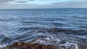 Éclaboussement des ressacs sur la plage de Santa Barbara Goleta C?te Pacifique la Californie banque de vidéos