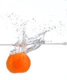 Éclaboussement orange dans l'eau photographie stock