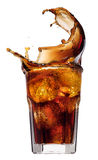 Éclaboussez des glaçons dans un verre de kola, d'isolement sur le fond blanc image stock