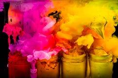 éclaboussez l'encre de couleur d'eau dans la couleur de ton chaude de l'encre de plastisol Photos libres de droits