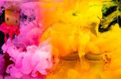 éclaboussez l'encre de couleur d'eau dans la couleur de ton chaude de l'encre de plastisol Photos stock