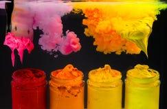 éclaboussez l'encre de couleur d'eau dans la couleur de ton chaude de l'encre de plastisol Photographie stock libre de droits