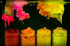 éclaboussez l'encre de couleur d'eau dans la couleur de ton chaude de l'encre de plastisol Photographie stock