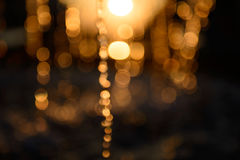 Éclaboussure brouillée de l'eau dans la lumière de coucher du soleil Images stock
