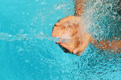 Éclaboussure contagieuse de mains femelles de l'eau claire Photo libre de droits