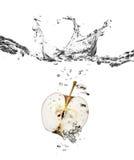 Éclaboussure d'Apple dans l'eau Images stock