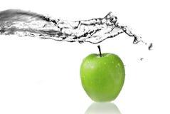 Éclaboussure d'eau doux sur la pomme verte Images libres de droits