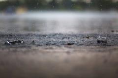 Éclaboussure d'une goutte de pluie Photos libres de droits
