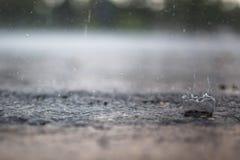 Éclaboussure d'une goutte de pluie Photo stock