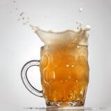 Éclaboussure de bière en verre d'isolement sur le blanc photos libres de droits