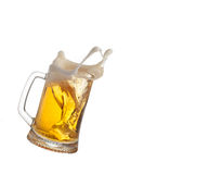 Éclaboussure de bière en verre d'isolement sur le fond blanc photographie stock