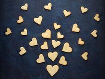 Éclaboussure de biscuit-coeur sur le fond en pierre bleu-foncé Images libres de droits