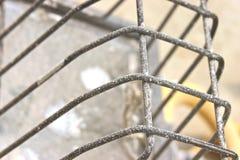 éclaboussure de boue de mur de pierres sèches sur la lumière industrielle Images libres de droits