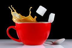 Éclaboussure de café avec des sugarcubes image stock