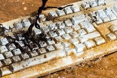 Éclaboussure de café sur l'ordinateur Photo stock