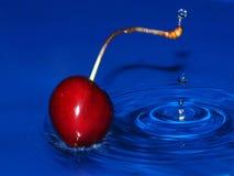 Éclaboussure de cerise dans l'eau Photographie stock
