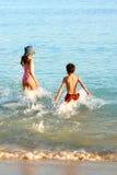 Éclaboussure de famille dans l'eau chaude. Photo libre de droits