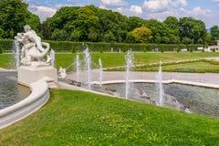 Éclaboussure de fontaine de style romain au palais de belvédère images libres de droits