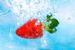 Éclaboussure de fraise dans la première vue water- Image libre de droits