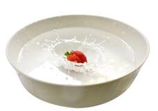 Éclaboussure de fraise dans le noir Images stock