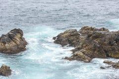 Éclaboussure de l'eau d'océan chez Big Sur california photos libres de droits