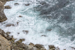 Éclaboussure de l'eau d'océan chez Big Sur california photo stock