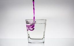 Éclaboussure de l'eau dans une glace Photos libres de droits