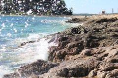 Éclaboussure de l'eau de bord de la mer Photo libre de droits
