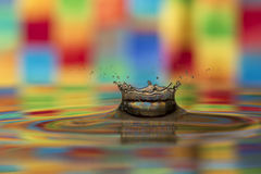 Éclaboussure de l'eau de couronne reflétée en colorant de lien Images libres de droits