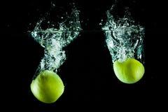 Éclaboussure de l'eau de pommes Image stock