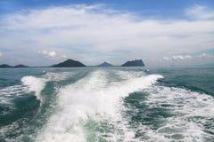 Éclaboussure de l'eau derrière un bateau Image libre de droits