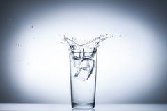 Éclaboussure de l'eau en glaces d'isolement sur le blanc Photographie stock libre de droits