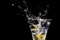 Éclaboussure de l'eau en verre de cocktail Images libres de droits