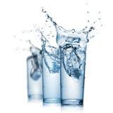 Éclaboussure de l'eau en verres sur le blanc Photos libres de droits