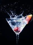 Éclaboussure de martini de fraise image stock