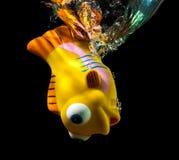 Éclaboussure de poissons et d'eau de jouet. Photo libre de droits