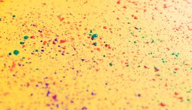 Éclaboussure de poudre colorée au-dessus de fond chic minable jaune photos libres de droits