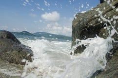 Éclaboussure de rivage d'île image stock