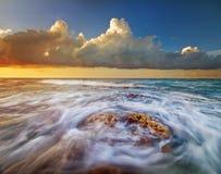 Éclaboussure de vague d'eau Photographie stock libre de droits