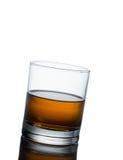 Éclaboussure de whiskey d'isolement sur un fond blanc Photo stock