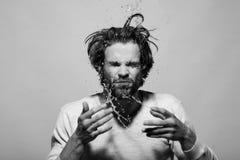 Éclaboussure des baisses de l'eau de visage de lavage de l'homme dans le matin photos libres de droits