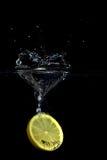 Éclaboussure en forme de coeur de citron Images stock