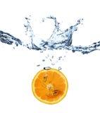 Éclaboussure orange dans l'eau Photos libres de droits