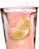 Éclaboussure rose de citronnade Photographie stock libre de droits