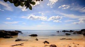 Éclaboussure transparente de vagues aux pierres sur la plage de sable d'Azure Sea banque de vidéos