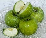 Éclaboussure verte d'Apple de l'eau Photographie stock