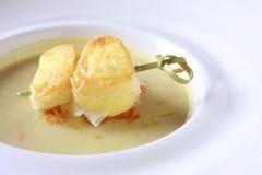 Éclaille de fromage avec le potage aux légumes image libre de droits