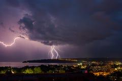 Éclair étonnant au-dessus de la ville Photo libre de droits