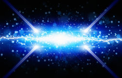 Éclair de lumière bleue sur le fond noir, lig deux puissant lumineux Photo libre de droits