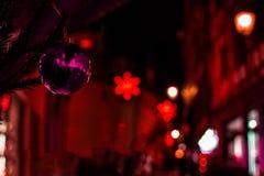 Éclairage coloré d'arbre de poupées de boules d'objets de décoration de Joyeux Noël image stock